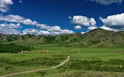 Camino en un valle de la montaña Imagenes de archivo