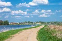 Camino en una costa del río Imagenes de archivo