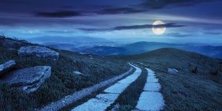 Camino en una ladera cerca del pico de montaña en la noche Imagen de archivo