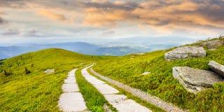 Camino en una ladera cerca del pico de montaña en la salida del sol Imágenes de archivo libres de regalías