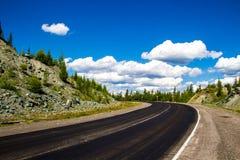 Camino en valle de la montaña Fotografía de archivo libre de regalías