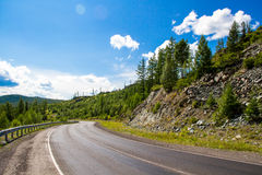Camino en valle de la montaña Imágenes de archivo libres de regalías