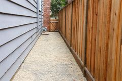 Camino entre la casa y de la cerca la yarda lateral abajo imagen de archivo libre de regalías
