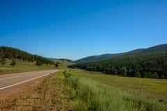 Camino entre la estepa y las colinas Foto de archivo