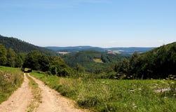 Camino entre las colinas verdes Fotografía de archivo libre de regalías