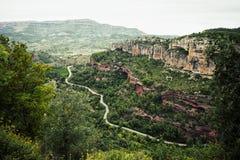 Camino entre las montañas foto de archivo libre de regalías