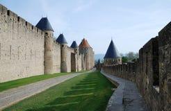 Camino entre las paredes de la defensa Imagenes de archivo