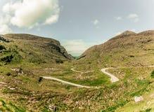 Camino escénico de Gap de Dunloe, un paso de montaña estrecho en el condado Kerry, Irlanda en un día soleado Fotografía de archivo libre de regalías