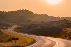 Camino escénico en la puesta del sol en parque nacional de los Badlands Foto de archivo libre de regalías
