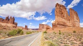 Camino escénico en los arcos parque nacional, Utah, los E.E.U.U. Imagen de archivo