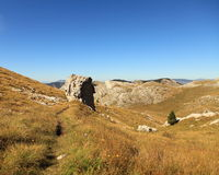 Camino estrecho en las montan@as de Dinaric (Croatia) Imágenes de archivo libres de regalías