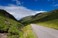 Camino estrecho escocés en montañas Fotografía de archivo