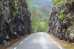 Camino estrecho típico en Noruega fotografía de archivo