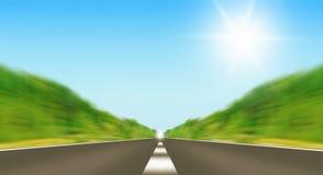 Camino expreso que desaparece sobre el horizonte Imagen de archivo libre de regalías