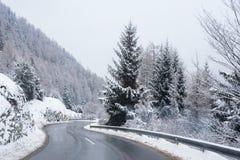 Camino Forest Covered Snow Scenic Mountain helado Austria del invierno Imagen de archivo libre de regalías