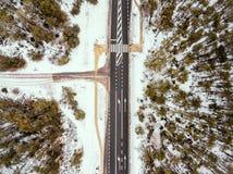 Camino forestal en la opinión del invierno desde arriba Fotografía de archivo libre de regalías