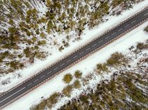 Camino forestal en la opinión del invierno desde arriba Fotos de archivo