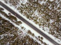 Camino forestal en la opinión del invierno desde arriba Fotos de archivo libres de regalías