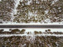 Camino forestal en la opinión del invierno desde arriba Imagen de archivo