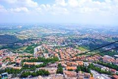 Camino funicular contra el panorama de San Marino, Europa Imagen de archivo libre de regalías