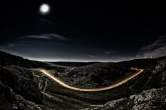 Camino hermoso de la montaña por noche Fotografía de archivo libre de regalías