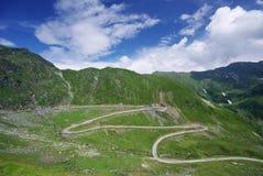 Camino hermoso en montañas fotografía de archivo libre de regalías