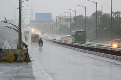 Camino indio - un paso elevado en Karnataka durante la lluvia Fotografía de archivo