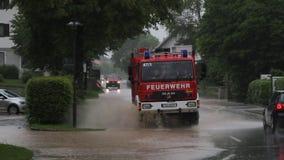 Camino inundado con el coche de bomberos y los coches en Baviera metrajes