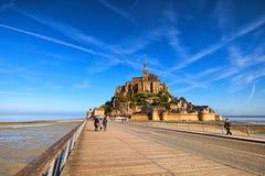 Camino a la abadía de Mont Saint Michel Los turistas van a la abadía Es una de las atracciones turísticas más famosas de Francia Fotografía de archivo libre de regalías