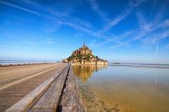 Camino a la abadía de Mont Saint Michel Se refleja en agua Éste es una de las atracciones turísticas más famosas de Francia Imagen de archivo libre de regalías