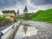 Camino a la fortaleza de Kamianets-Podilskyi después de la lluvia, Ucrania Fotos de archivo