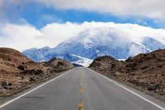 Camino a la montaña de Muztagata en Pamirs imagenes de archivo