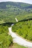 Camino a la montaña en rural con el cielo azul Imagen de archivo libre de regalías