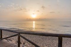 Camino a la playa Salida del sol en el fondo Fotografía de archivo libre de regalías