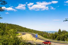 camino a la zona de descanso en el Autobahn A5 en Alemania Imagenes de archivo