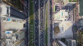 Camino largo de la carretera y edificios altos modernos en panorama aéreo de la ciudad del top grande futurista imponente de Duba almacen de metraje de vídeo