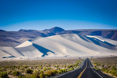 Camino a las dunas de arena gigantes Imagen de archivo