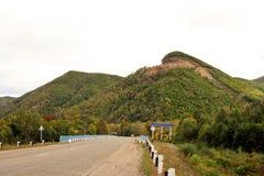 Camino a las montañas fotografía de archivo libre de regalías