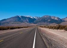 Camino a las montañas Imágenes de archivo libres de regalías