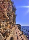 Camino a lo largo de rocas Foto de archivo libre de regalías