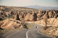 Camino a lo largo del valle de hadas de la chimenea en Cappadocia Imagen de archivo libre de regalías