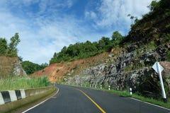 Camino local, colina verde y cielo azul Imágenes de archivo libres de regalías