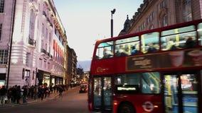 Camino Londres de Picadilly en la opinión típica de la calle de Londres de la oscuridad almacen de metraje de vídeo