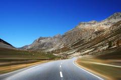 Camino móvil de las montañas foto de archivo