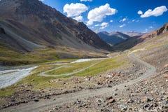 Camino maravilloso de la montaña en Kirguistán Imagenes de archivo