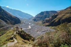 Camino militar georgiano, valle del Terek en las monta?as del C?ucaso foto de archivo