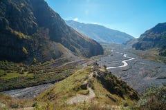 Camino militar georgiano, valle del Terek en las monta?as del C?ucaso fotografía de archivo
