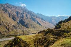 Camino militar georgiano, valle del Terek en las monta?as del C?ucaso imagen de archivo