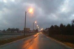 Camino mojado al día nublado Imagenes de archivo
