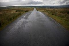 Camino mojado en los valles Yorkshire Inglaterra de Yorkshire Foto de archivo libre de regalías